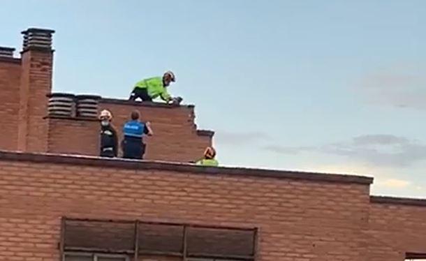 Un rayo impacta en la azotea de un edificio de Parquesol
